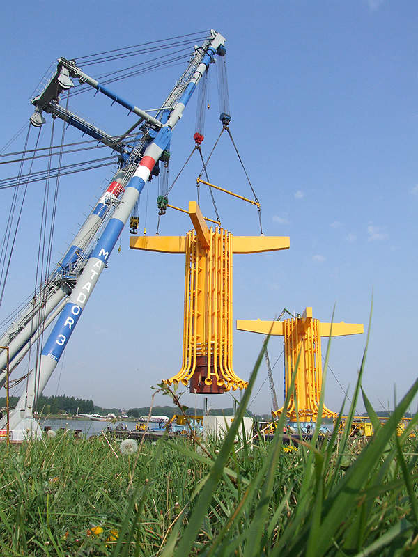 The monopoles being unloaded at the site. Image courtesy of London Array Limited.