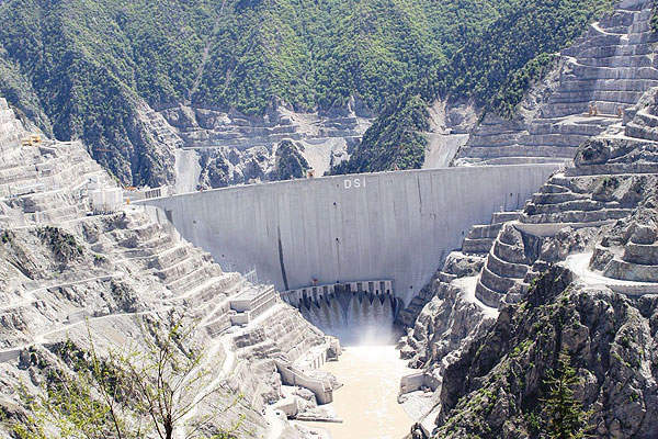 The construction of the concrete double-curved arch dam involved the pouring of 3.5 million cubic metres of concrete. Photo courtesy of ERG Insaat.